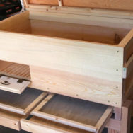Varroa drawers: The varroa drawers and screens are interchangeable and easy to clean.